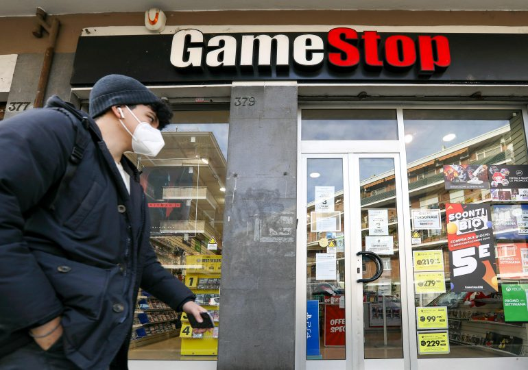 GameStop shares fall 33% on lack of transformation detail, possible share sale